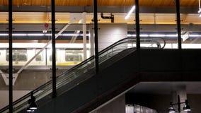 夜采取skytrain的被射击通勤者 股票录像