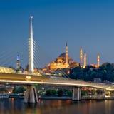夜重叠Suleymaniye清真寺,伊斯坦布尔,土耳其的射击了金黄垫铁地铁桥梁 库存图片