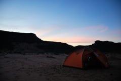 夜野营在沙漠的,利比亚 库存图片