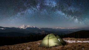 夜野营 有启发性旅游帐篷在美丽的夜空下充分星和银河 库存照片