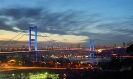 夜金门桥和光伊斯坦布尔,土耳其 免版税图库摄影