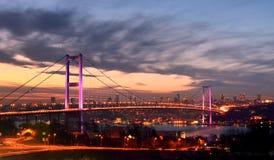 夜金门桥和光伊斯坦布尔,土耳其 库存照片