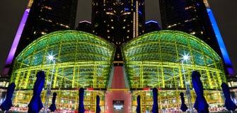 夜镜象的底特律街市江边摩天大楼 库存图片