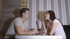 夜间人浪漫日落等待的妇女 在桌饮用的酒和吃草莓的年轻夫妇 股票录像