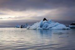 夜间冰川冰岛湖 免版税库存图片