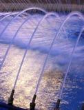 夜间喷泉水 免版税库存图片