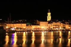 夜间在Krk城镇,江边 库存照片