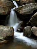 夜间夏天瀑布 库存照片