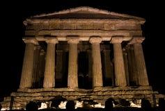 夜间希腊寺庙在阿哥里根托,西西里岛 免版税库存图片
