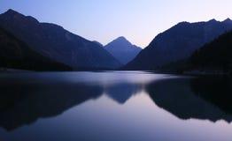 夜间湖山 库存图片