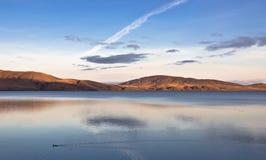夜间湖横向反映 库存照片