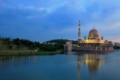 夜间湖马来西亚putrajaya视图 免版税库存照片