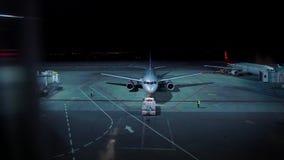 夜间的被阐明的机场与飞机为离开做准备