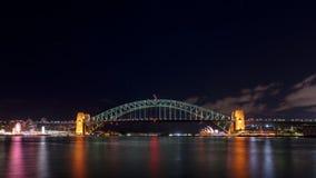夜间被射击从Milsons点,NSW,澳大利亚的悉尼港桥和歌剧院 图库摄影