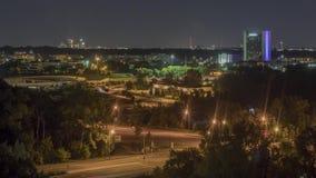 夜间长的曝光射击了压缩的交通和布鲁明屯建筑学与遥远的米尼亚波尼斯地平线 股票视频