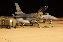 夜间飞行锻炼F-16战隼 免版税库存图片