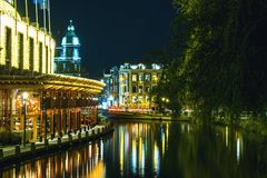 夜阿姆斯特丹荷兰市地平线的阿姆斯特丹 免版税库存图片