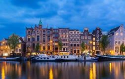 夜阿姆斯特丹运河、典型的荷兰房子和小船,荷兰,荷兰城市视图  免版税库存图片