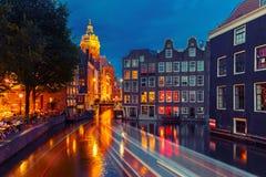 夜阿姆斯特丹运河、教会和桥梁城市视图  免版税库存照片