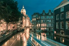 夜阿姆斯特丹运河、教会和桥梁 免版税库存照片