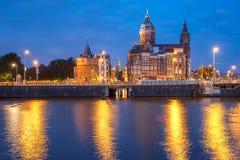 夜阿姆斯特丹运河和大教堂圣尼古拉 免版税库存照片