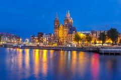 夜阿姆斯特丹运河和大教堂圣尼古拉 免版税图库摄影
