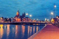 夜阿姆斯特丹运河和大教堂圣尼古拉 库存图片