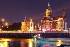 夜阿姆斯特丹运河和大教堂圣尼古拉 免版税库存图片