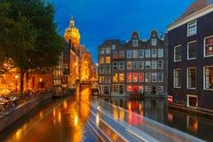 夜阿姆斯特丹运河和桥梁城市视图  免版税库存图片