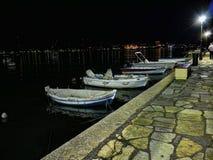 夜降临在主要镇的海湾在科孚岛希腊海岛上  免版税库存图片
