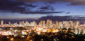 夜降临檀香山街市市地平线大都会夏威夷单 免版税库存照片
