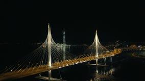 夜风景城市摩天大楼和汽车通行在现代缆绳停留了桥梁 影视素材