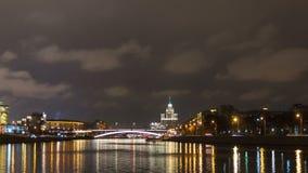 夜风景莫斯科在克里姆林宫附近的河堤防 影视素材