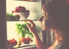 夜饥饿 黑暗的妇女在开放冰箱 库存照片