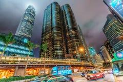 夜香港都市风景 在天空的摩天大楼上升 毕打街由交易广场大厦的隧道路和IFC耸立 免版税库存图片