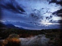 夜驱动到沙漠里落后棕榈泉加利福尼亚 免版税库存图片