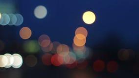夜驾驶 挡风玻璃看法被弄脏的红绿灯在城市 繁忙的镇街道 股票视频