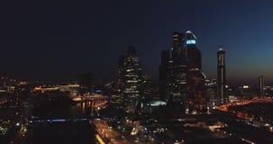 夜鸟瞰图 城市日克里姆林宫室外的莫斯科 在视图之上 城市光 在春天的夜全景射击 夏天,4K 股票录像