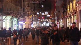 夜,伊斯坦布尔istiklal街道,土耳其12月2016年, 股票视频