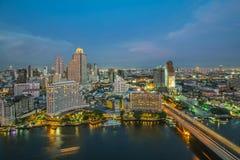 夜间、旅馆和常驻区的曼谷市与巡航 免版税库存图片