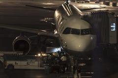 夜间上飞机的行李 免版税库存图片