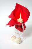 夜间人浪漫日落等待的妇女 玻璃 蜡烛 奶油被装载的饼干 库存照片