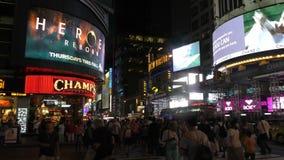 夜间人群在曼哈顿时代广场