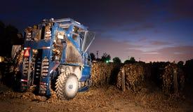 夜间农业果子收获葡萄收割机 免版税库存照片