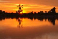 夜间 在河的日落 在展望期之后设置星期日 免版税库存照片