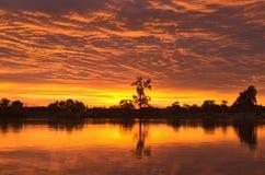 夜间 在河的日落 太阳被设置在天际 免版税库存照片