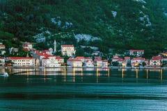 夜间在海运城镇 免版税图库摄影