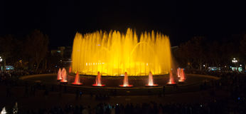 夜间在巴塞罗那,不可思议的喷泉的西班牙 免版税库存图片