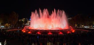 夜间在巴塞罗那,不可思议的喷泉的西班牙 免版税库存照片