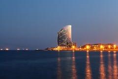 夜巴塞罗那- 8月15 :城市海滩, 400米长,它世界的10个最佳的都市海滩之一 沿Barcel的游人休息 免版税库存图片